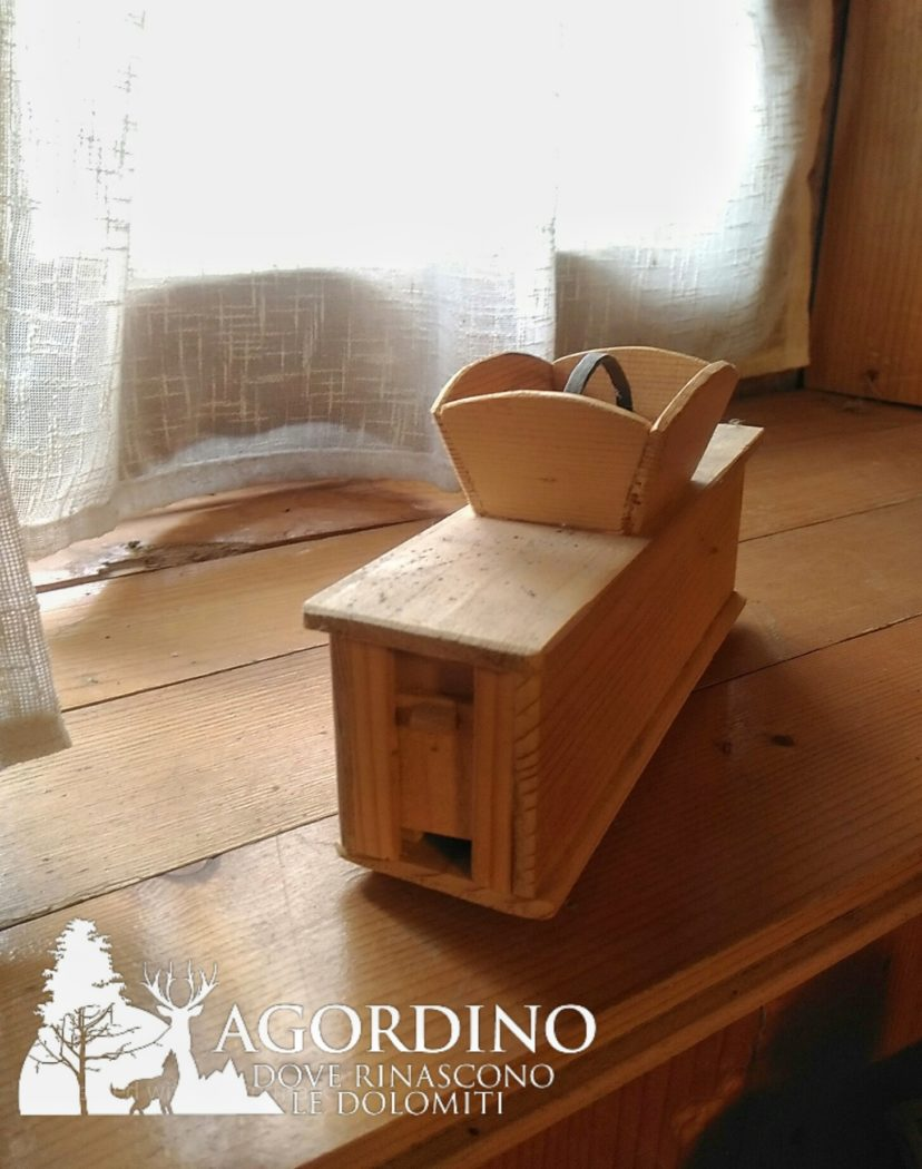 sdegarnelàdora: strumento usato per sgranare le pannocchie di mais