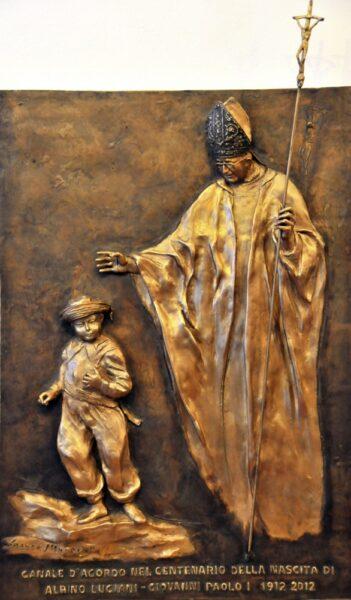 Formella Bronzea di Franco Murer davanti alla casa natale di Albino Luciani