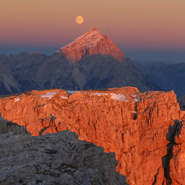 Enrosadira sul Monte Antelao e ... la Luna foto di Simone Prà