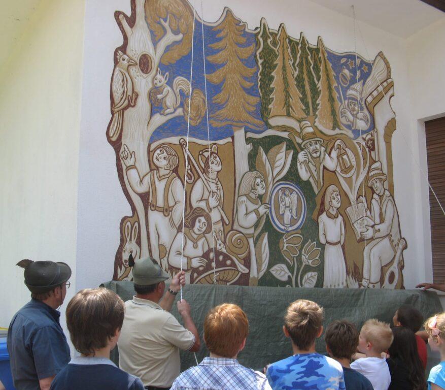 L'incanto del bosco graffito a La Valle Agordina di Dunio Piccolin L'inaugurazione del graffito