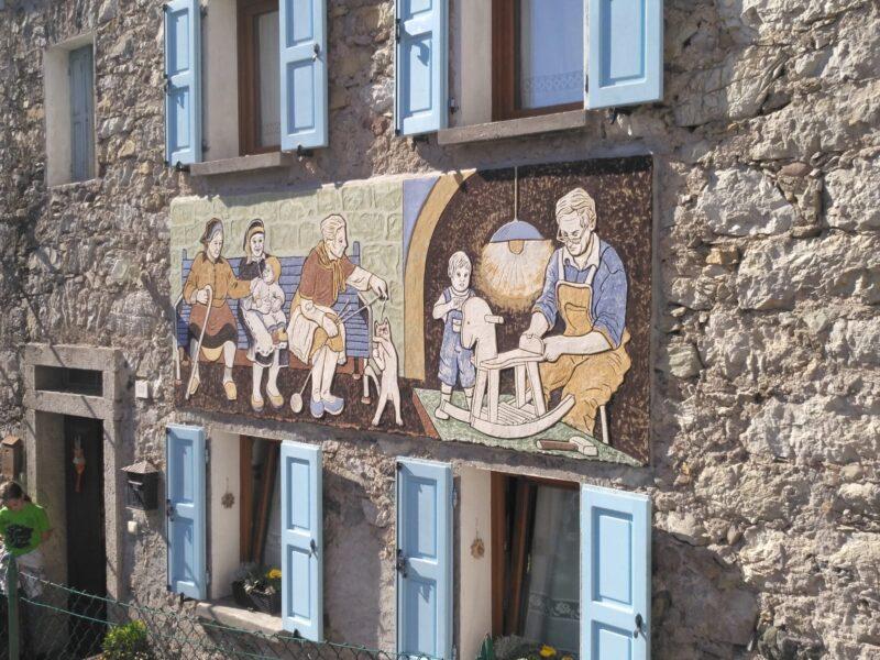 Laoret e ciacole di Manuela Sabatini Agordo - Paese del Graffito