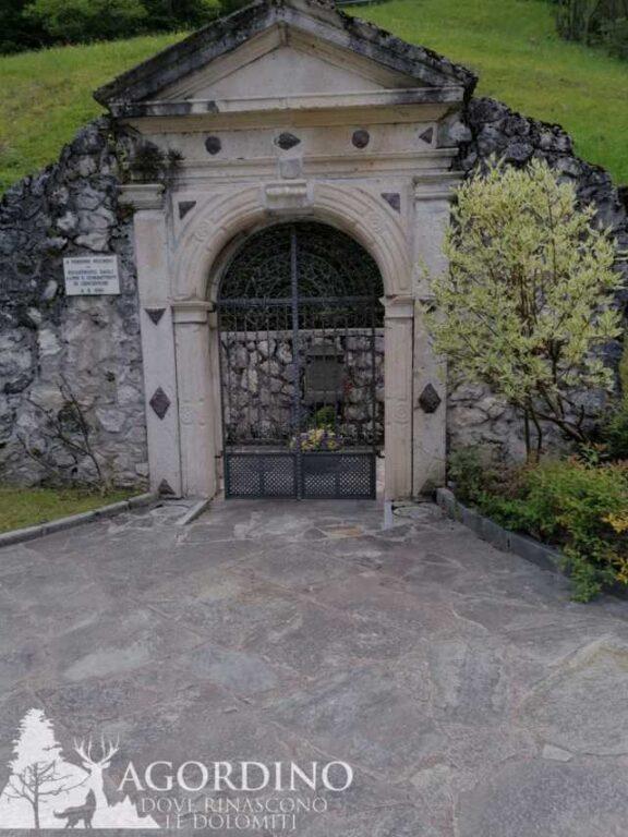 Portale del vecchio cimitero di Cencenighe Agordino